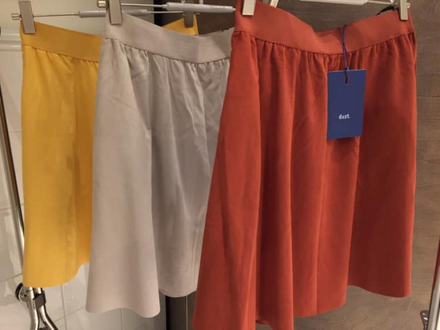 Kort nederdel i ruskindslook